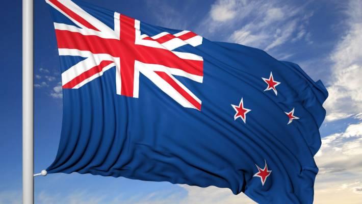Nya Zeelands flagga på en flaggstång med blå himmel